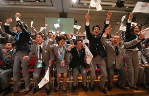 09-2013: Japans Delegation jubelt über die erfolgreiche Bewerbung für Tokio 2020. Foto: AFP / Yan Walton